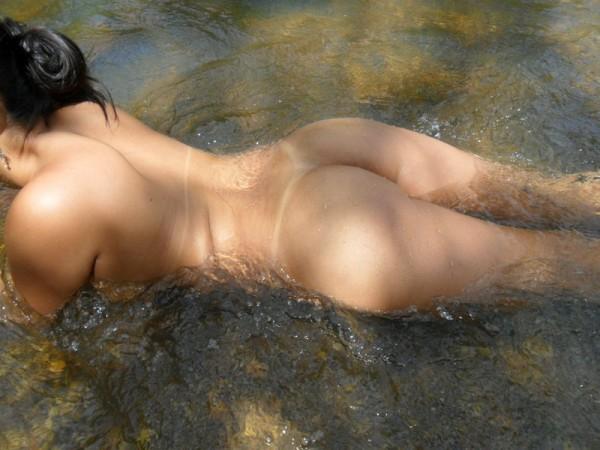 Amadora gostosa tomando banho no rio 2