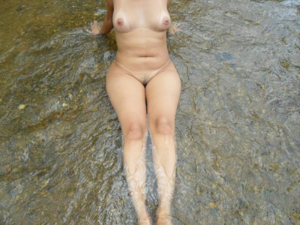 Amadora gostosa tomando banho no rio 4