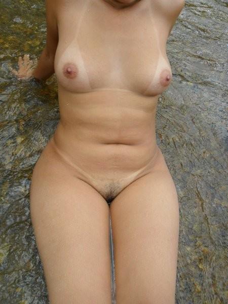 Amadora gostosa tomando banho no rio 5