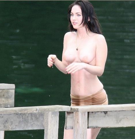 Megan Fox flagrada mostrando os peitinhos topless 1