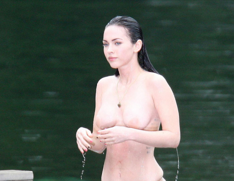Megan Fox flagrada mostrando os peitinhos topless 16