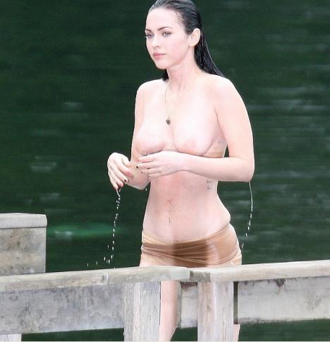 Megan Fox flagrada mostrando os peitinhos topless 6