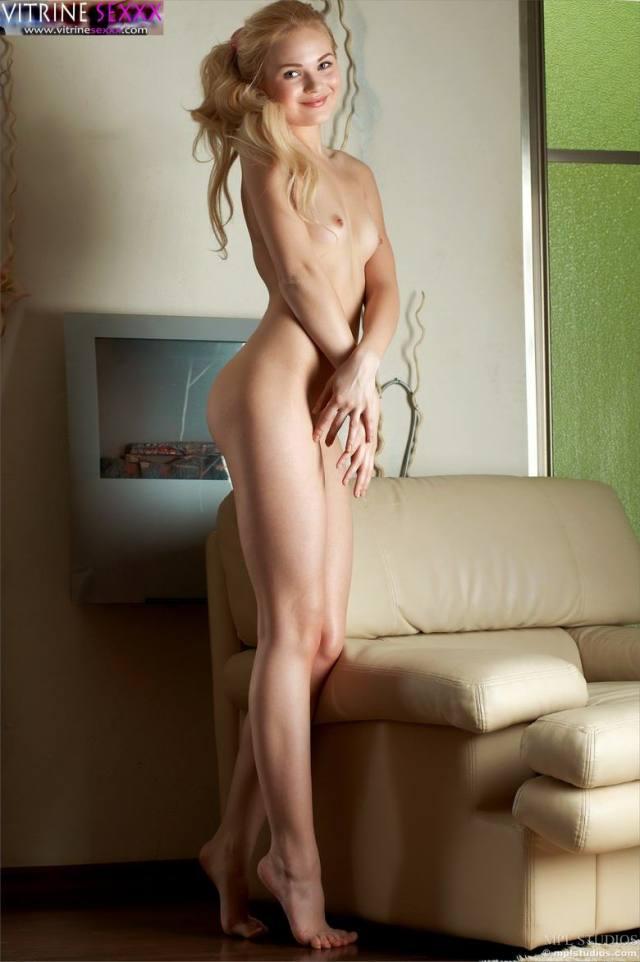Uma Novinha loiirnha safada muito levada em Fotos Sensuais 4