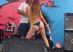 Gostosinha safada se exibindo no palco