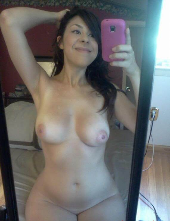 Morena gostosa caiu na net com fotos no espelho 9