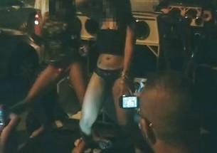 Mulheres fazem strip-tease em via pública em Manaus - http://www.naoconto.com