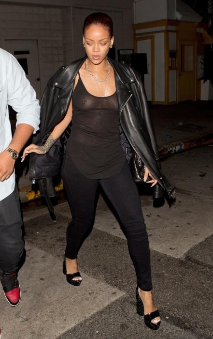 Rihanna mostrando peitinhos em fotos