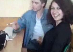 Aluna batendo punheta para o colega na sala de aula - http://www.naoconto.com