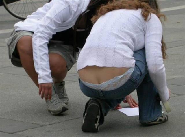 Mulheres flagradas pagando cofrinho 13