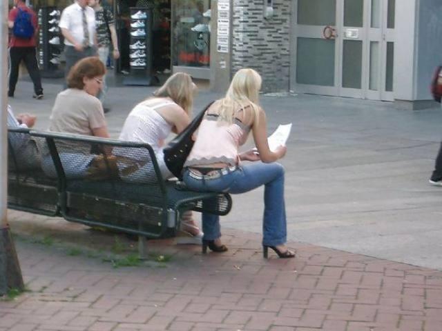 Mulheres flagradas pagando cofrinho 17