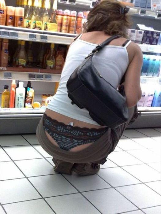 Mulheres flagradas pagando cofrinho 4