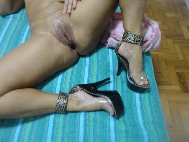 Morena mostrando sua calcinha nova de oncinha 2