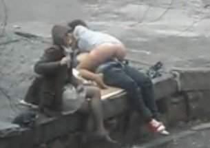 Rapaz faz sexo em publico com a namorada e a amiga do lado