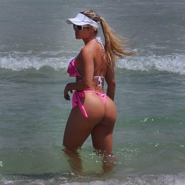 Aryane Steinkopf exibe bumbum avantajado em dia de praia no RJ 1