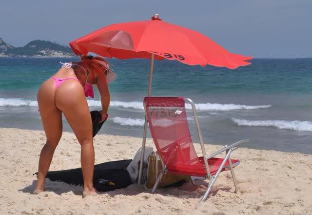 Aryane Steinkopf exibe bumbum avantajado em dia de praia no RJ 5