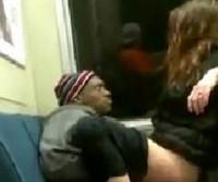 Casal flagrado transando no trem