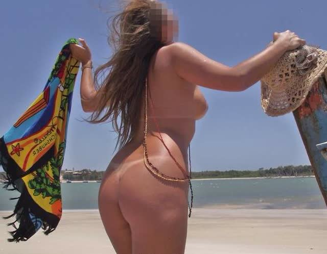 Lorraine na praia de nudismo 12