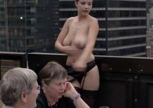 Modelo tira a roupa e acaba expulsa de restaurante em Nova York