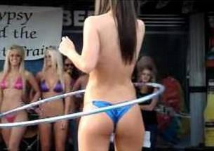 Campeonato de bambole com gostosas de bikini - http://www.naoconto.com