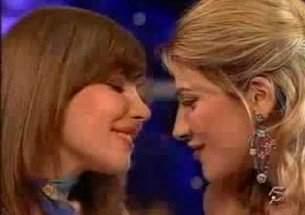 Apresentadoras ensinam como beijar na boca