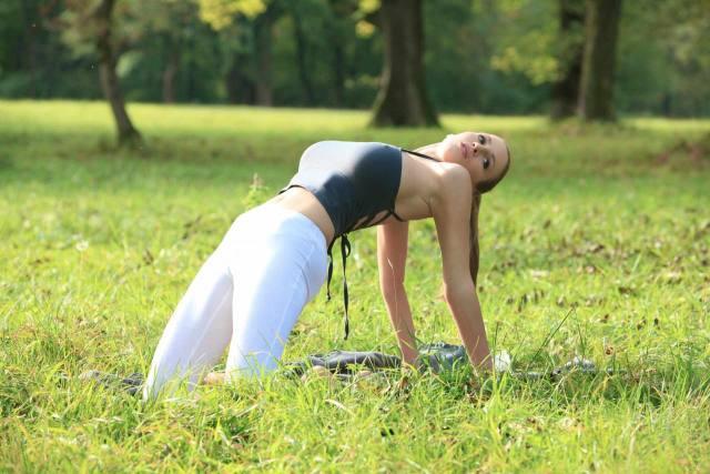 Jordan Carver nude, professora de yoga dos seus sonhos 11