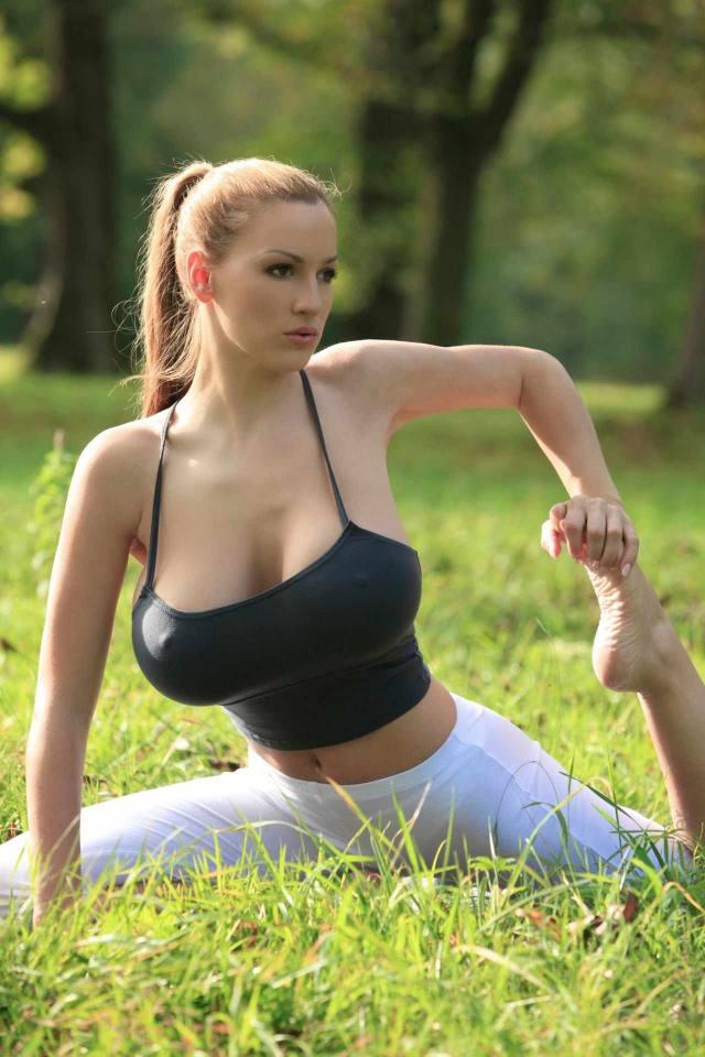 Jordan Carver nude, professora de yoga dos seus sonhos 14