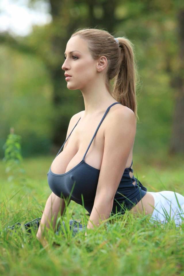 Jordan Carver nude, professora de yoga dos seus sonhos 2