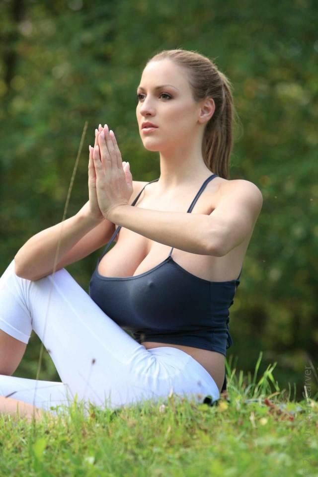 Jordan Carver nude, professora de yoga dos seus sonhos 20