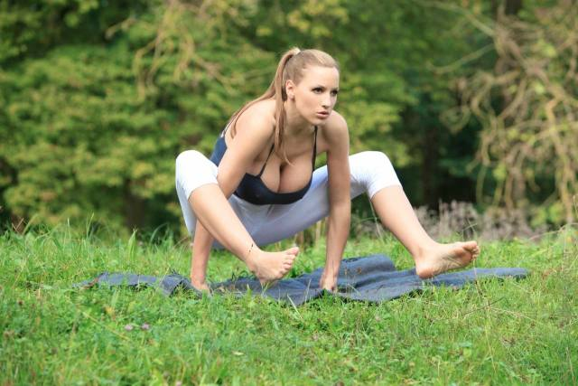 Jordan Carver nude, professora de yoga dos seus sonhos 22