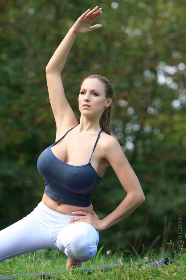 Jordan Carver nude, professora de yoga dos seus sonhos 24