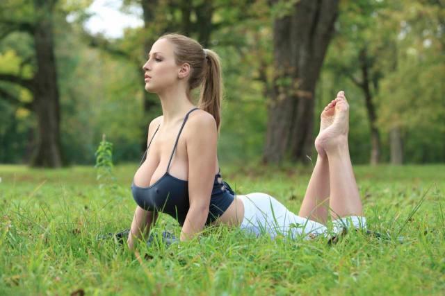 Jordan Carver nude, professora de yoga dos seus sonhos 3