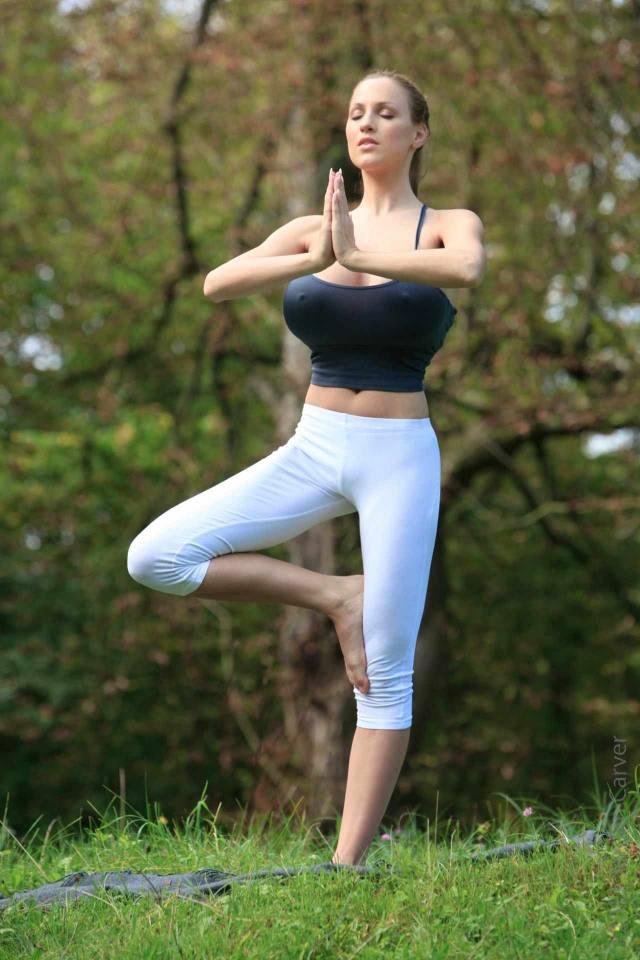 Jordan Carver nude, professora de yoga dos seus sonhos 31
