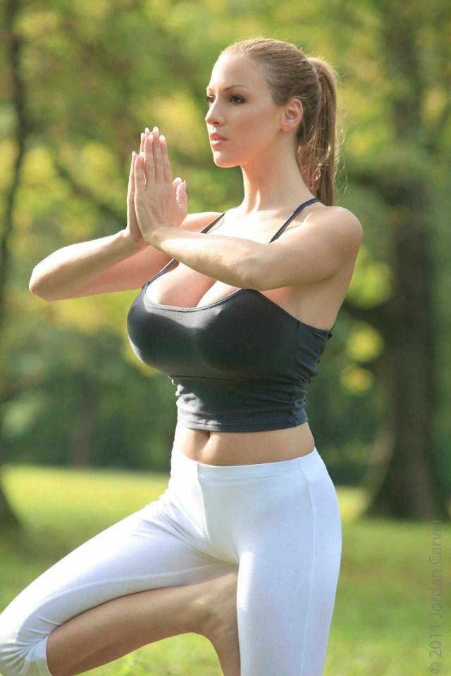 Jordan Carver nude, professora de yoga dos seus sonhos 7