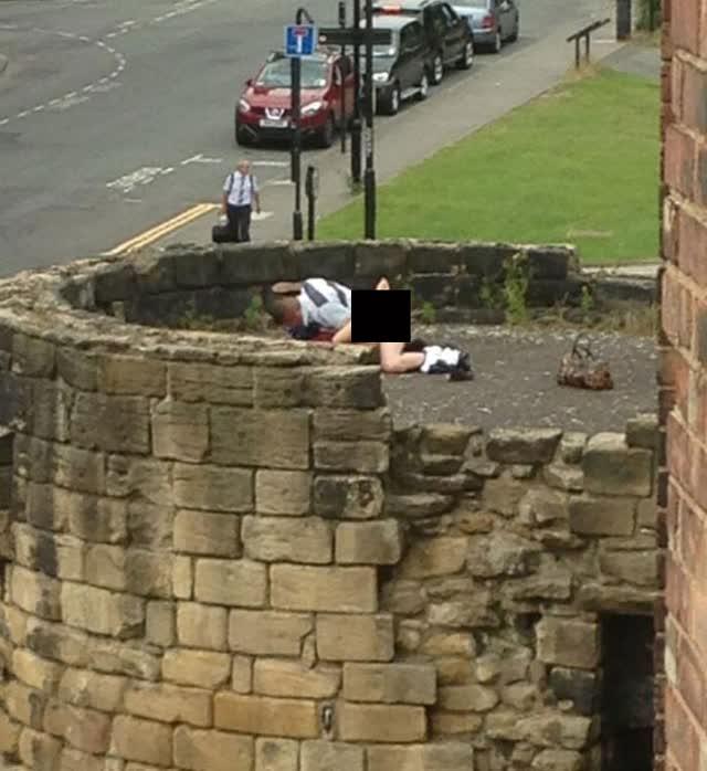 casais-flagrados-fazendo-sexo-em-lugares-inusitados-5-sexo-na-muralha