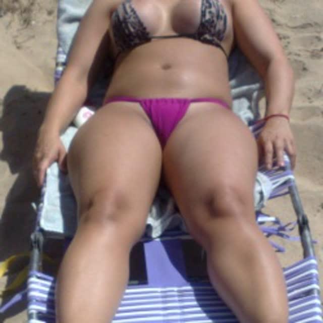 Esposa gostosa se exibindo na praia 12