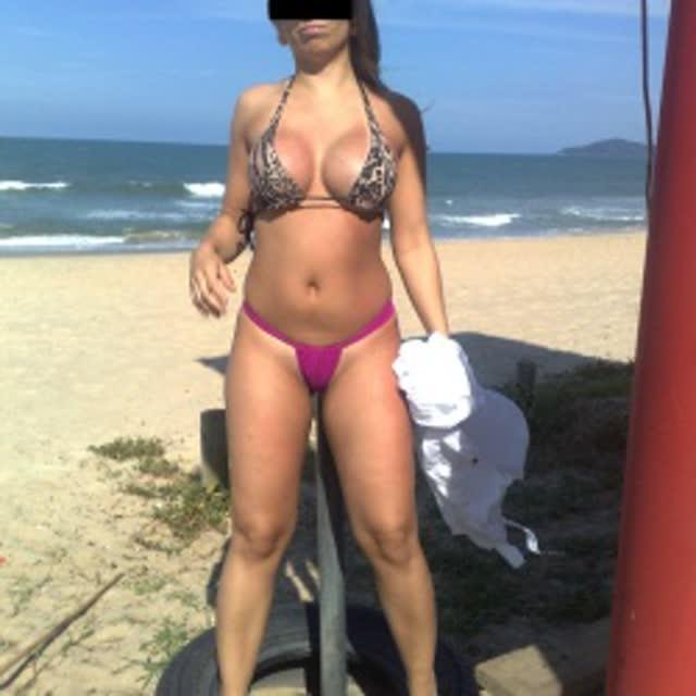 Esposa gostosa se exibindo na praia 17