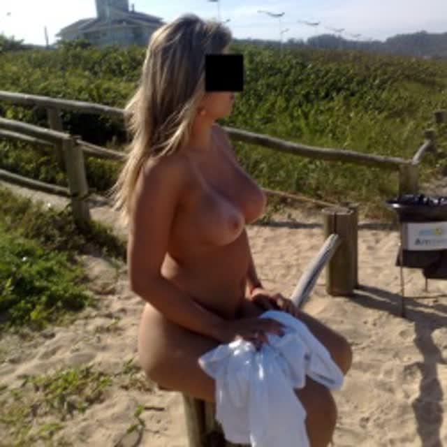 Esposa gostosa se exibindo na praia 24