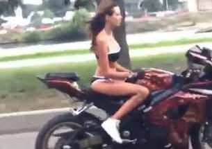garota-de-biquini-destroi-em-cima-da-moto