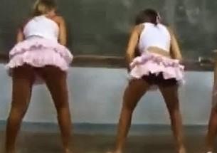 Alunas dançam funk em sala de aula como Trabalho escolar - http://www.naoconto.com