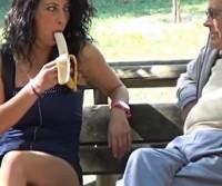 Qual seria a sua reação se visse uma gatinha comendo banana desse jeito?