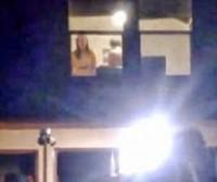 Casal é flagrada pela janela fazendo sexo durante festa!