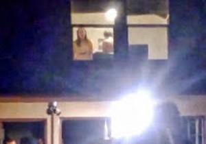 Casal é flagrada pela janela fazendo sexo durante festa - http://www.naoconto.com