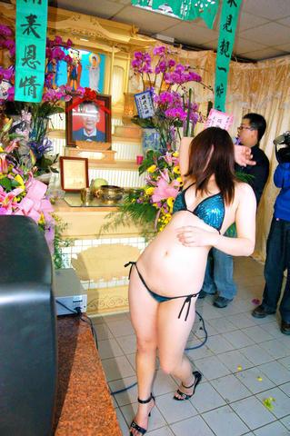 Em Taiwan tem stripper em funerais 3