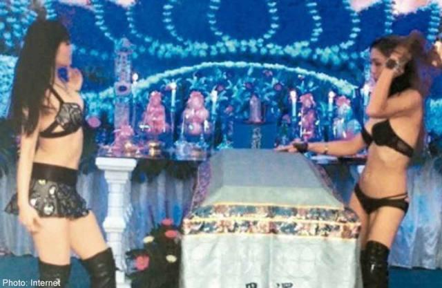 Em Taiwan tem stripper em funerais 5