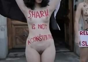 Feministas com os peitos de fora