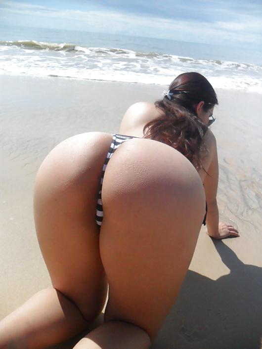 Novinha gostosa de mini biquini na praia 1