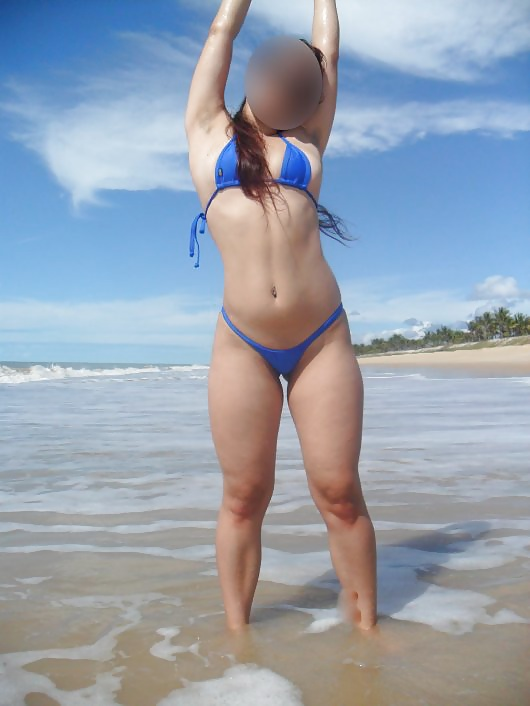 Novinha gostosa de mini biquini na praia 3
