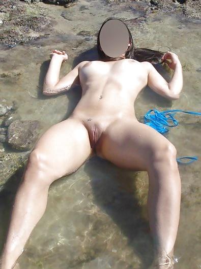Novinha gostosa de mini biquini na praia 4
