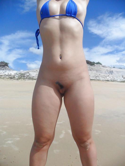 Novinha gostosa de mini biquini na praia 5