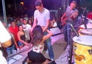 Banda faz sexo oral durante show e o caso vai parar na justiça - http://www.naoconto.com